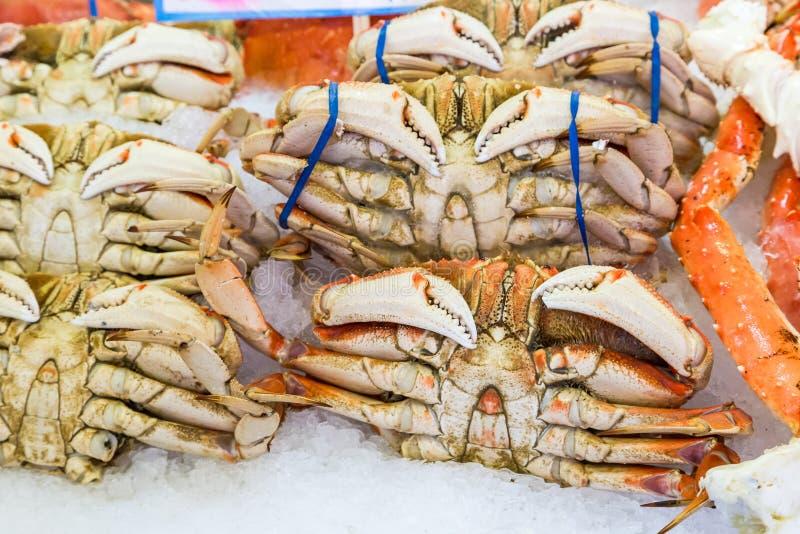 Hela stora krabbor i marknad för pikställe royaltyfri foto