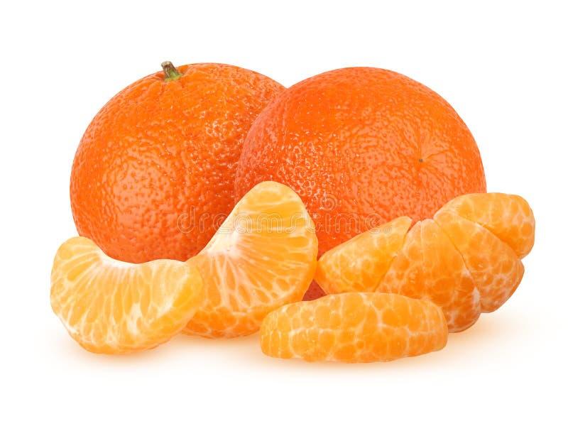 Hela två och skalade mandarinsegment som isoleras på den vita backgroen arkivfoto
