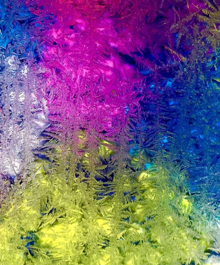 Helada multicolora en la ventana del garaje en invierno en un día en Maine central imagen de archivo