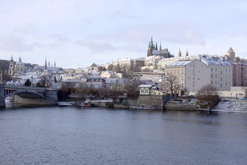 Helada Praga Lesser Town Nevado con el castillo gótico, República Checa foto de archivo libre de regalías