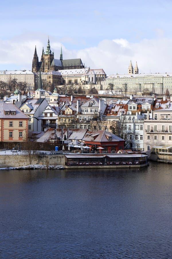 Helada Praga Lesser Town Nevado con el castillo gótico, República Checa imagen de archivo libre de regalías