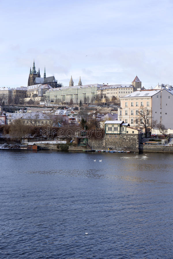 Helada Praga Lesser Town Nevado con el castillo gótico, República Checa foto de archivo