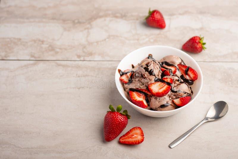 Helado de chocolate con las fresas en luz humor del verano, postre delicioso, endecha plana foto de archivo libre de regalías