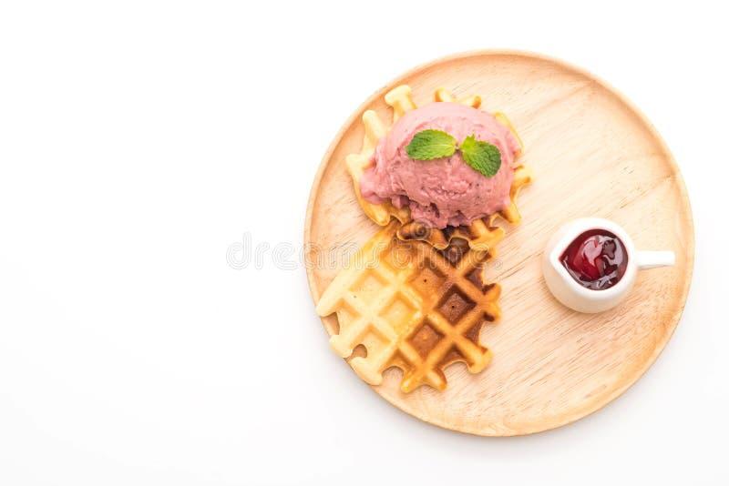 helado de la fresa con la galleta imagenes de archivo