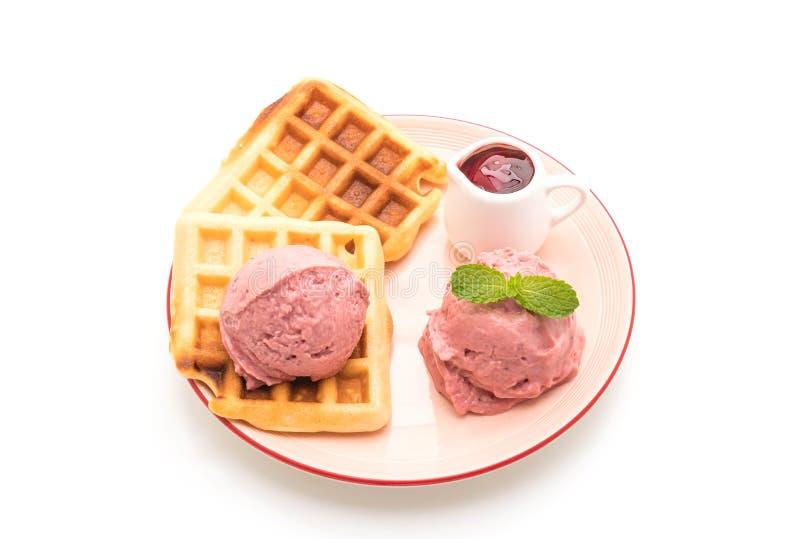 helado de la fresa con la galleta fotografía de archivo libre de regalías