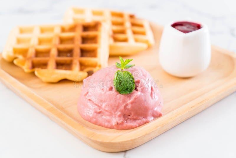 helado de la fresa con la galleta imágenes de archivo libres de regalías
