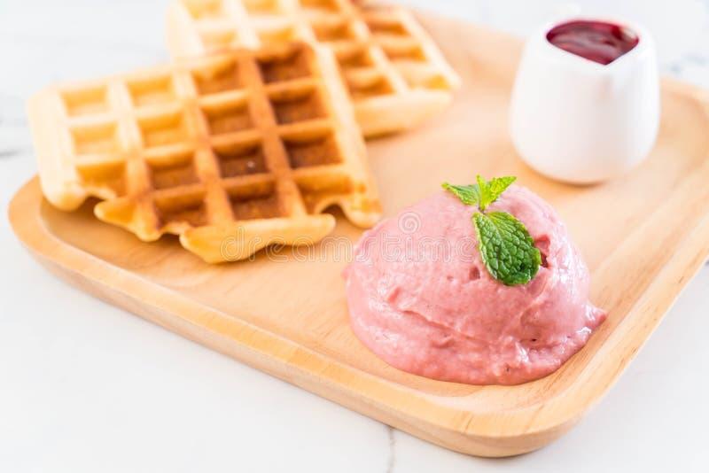 helado de la fresa con la galleta foto de archivo libre de regalías