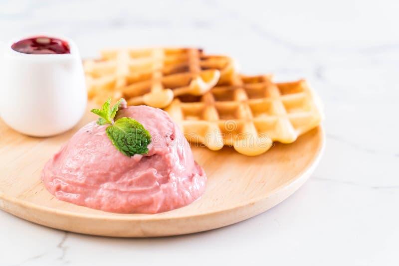 helado de la fresa con la galleta imagen de archivo libre de regalías