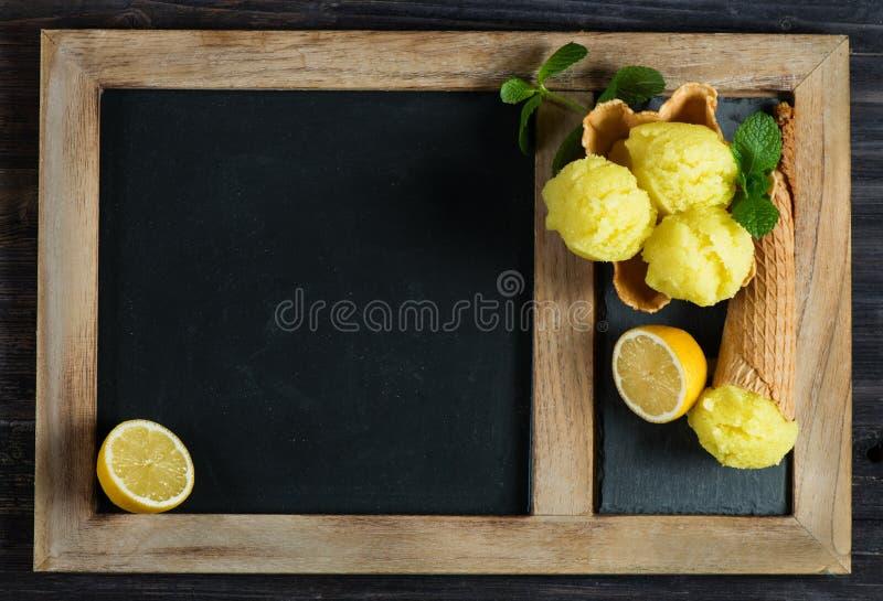Helado de la pizarra y del limón, sobre la visión imagen de archivo
