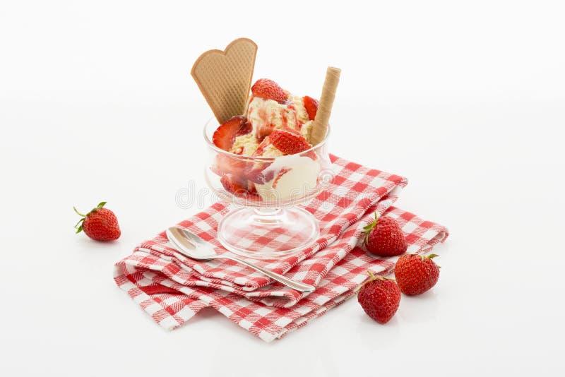 Helado de la vainilla y fresas frescas en helado foto de archivo libre de regalías