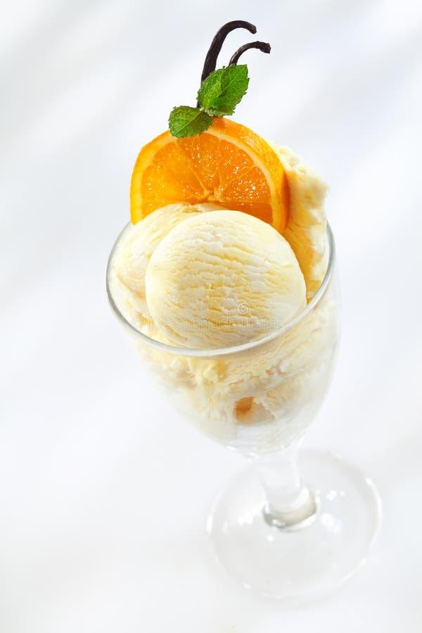 Helado delicioso con las naranjas frescas