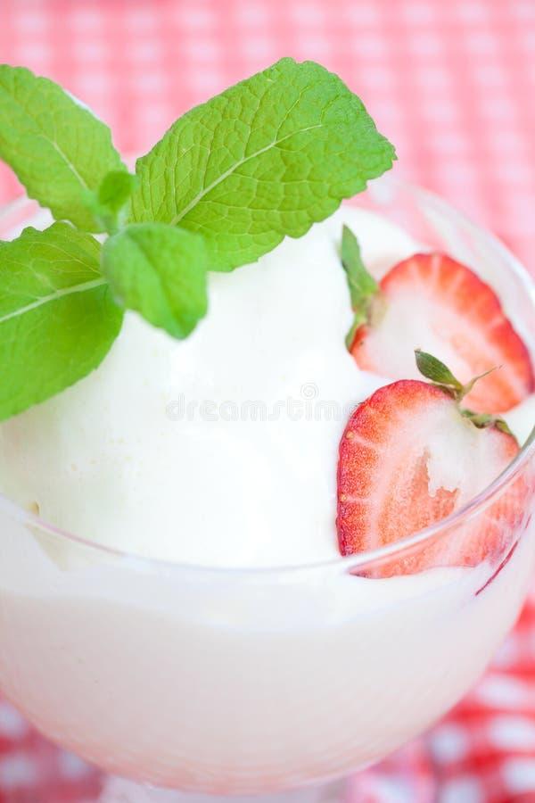 Helado, fresa con la menta en un bol de vidrio imagenes de archivo