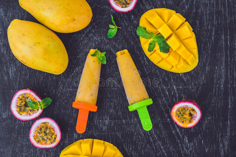 Helado hecho en casa del mango y de la fruta de la pasión popsicle foto de archivo