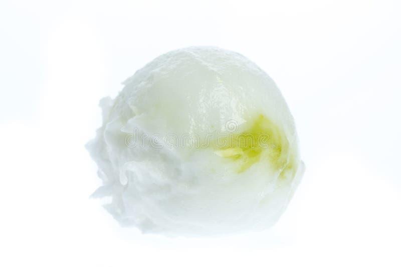 Helado: Una cucharada del helado del limón aislado en el fondo blanco imagen de archivo libre de regalías