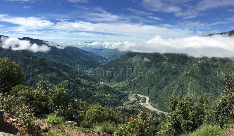 Helambu panoramy Dolinny pełny krajobraz góry z burz chmurami Strzela od Tembathang Ekikrit Basti Sindhupalchok Nepal zdjęcia stock