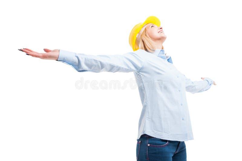 Held des niedrigen Winkels schoss den weiblichen Ingenieur, der das Schauen glücklich aufwirft stockbilder