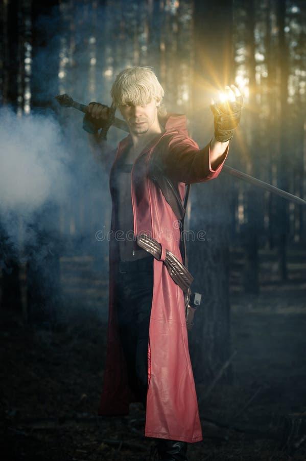 Held met zwaard in hand in de rook stock foto
