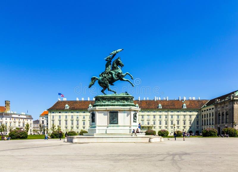 Heldenplatz (alemán: El cuadrado de los héroes) delante del palacio de Hofburg en Viena, Austria foto de archivo libre de regalías