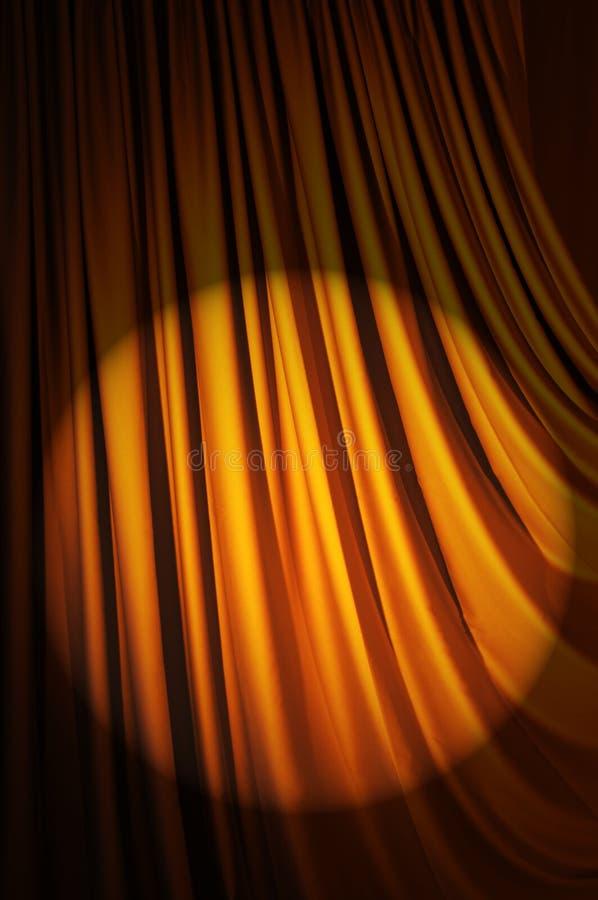 Helder aangestoken gordijnen - theaterconcept stock afbeeldingen