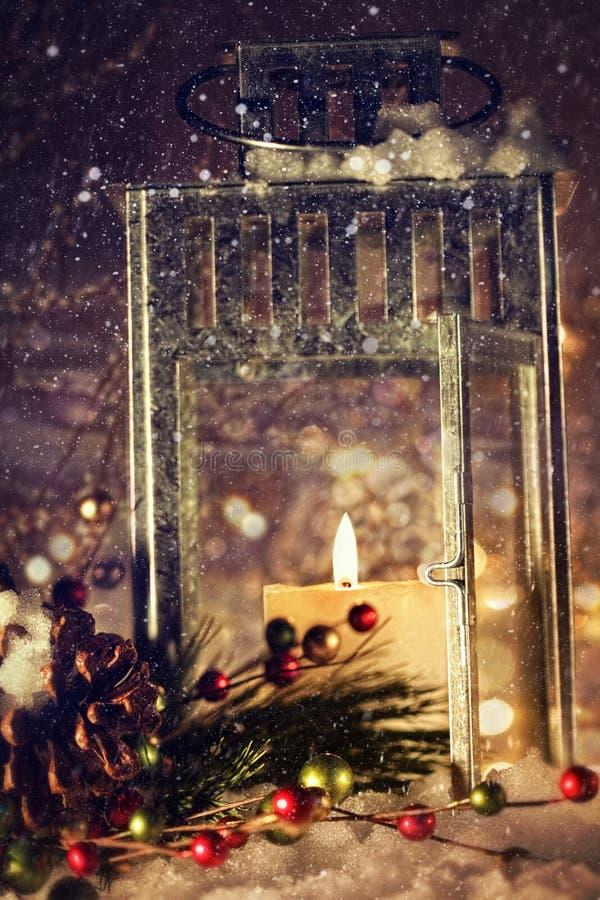 Helder aangestoken lantaarn in de sneeuw royalty-vrije stock foto's