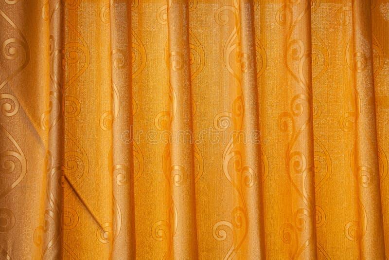 Helder aangestoken oranje gordijnen stock fotografie