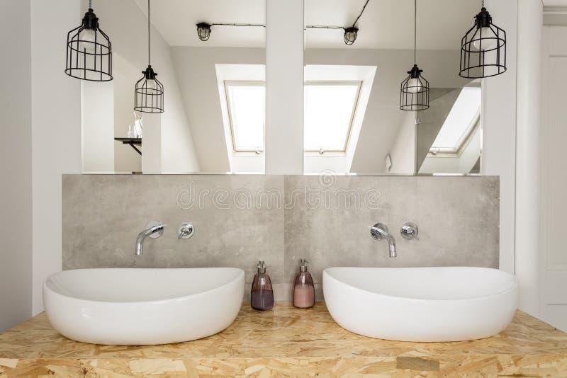 Helder badkamersbinnenland in zolder stock afbeelding