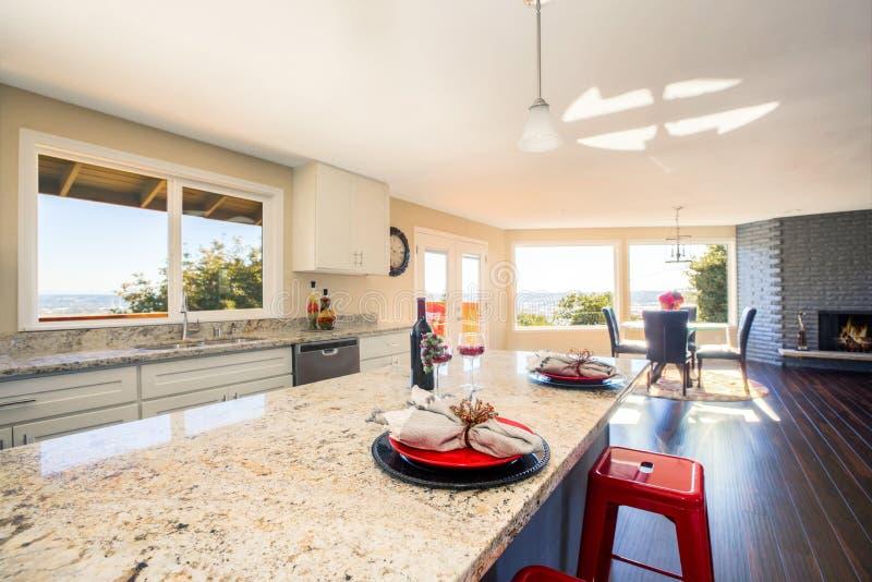 Helder binnenland van keuken met dichte omhooggaand van het keukeneiland stock foto