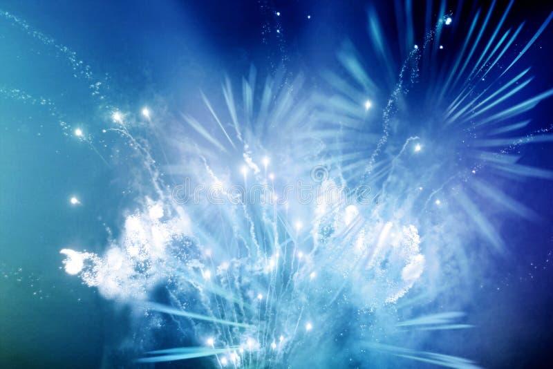 Helder blauw en wit vuurwerk stock foto's