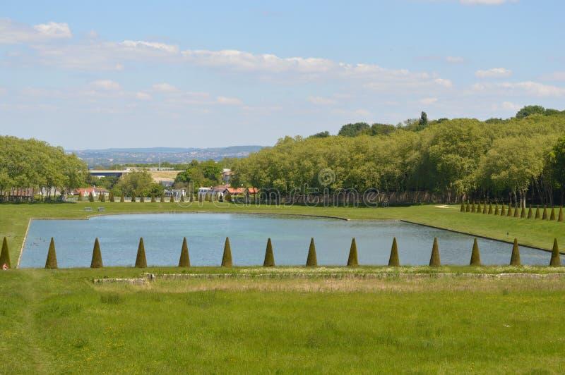 Helder blauw meer in midden van park royalty-vrije stock afbeelding