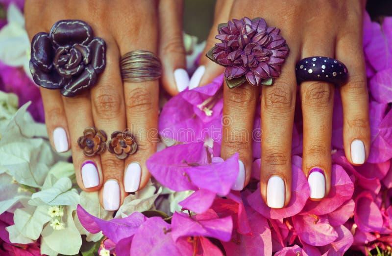 Helder colorfullschot van Afrikaanse gelooide handen met stock afbeelding