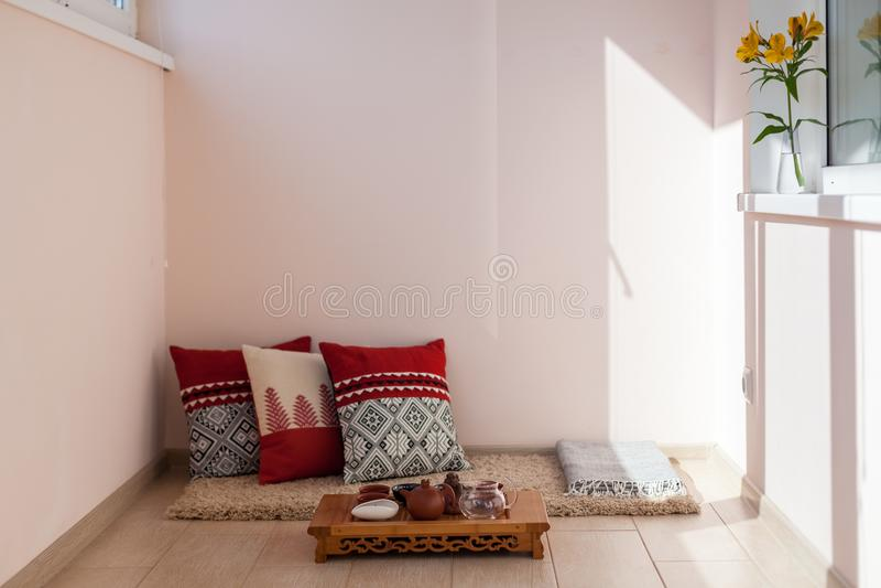 Helder comfortabel balkon met pollows en een plaats voor rust A plaats voor het Chinese thee drinken royalty-vrije stock afbeelding