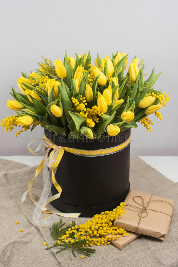 Helder de lenteboeket van tulpen en mimosabloemen royalty-vrije stock foto