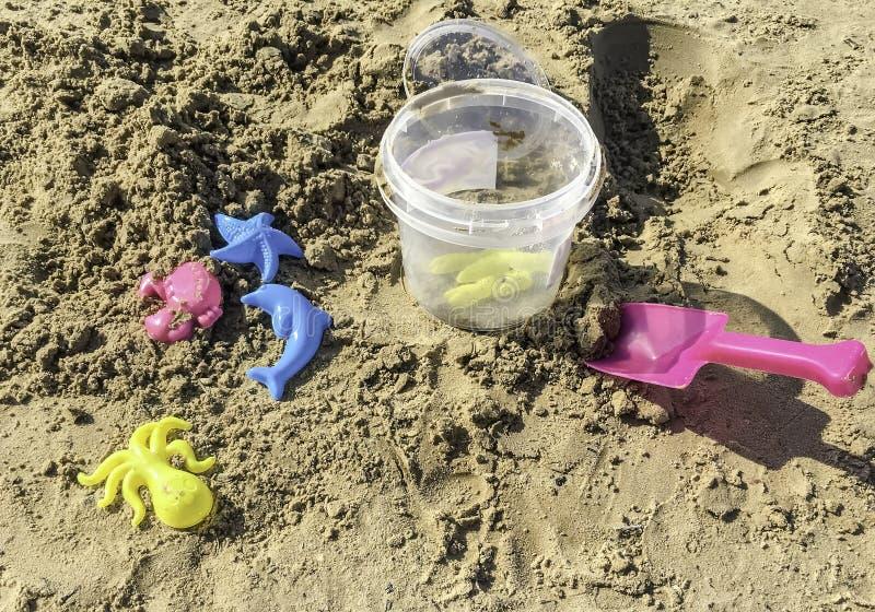 Helder de zomerspeelgoed in het zand royalty-vrije stock foto's