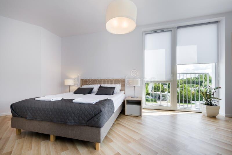 Helder en comfortabel slaapkamer binnenlands ontwerp stock foto