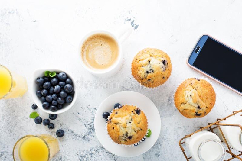 Helder en luchtig ontbijt met bosbessenmuffin royalty-vrije stock afbeelding