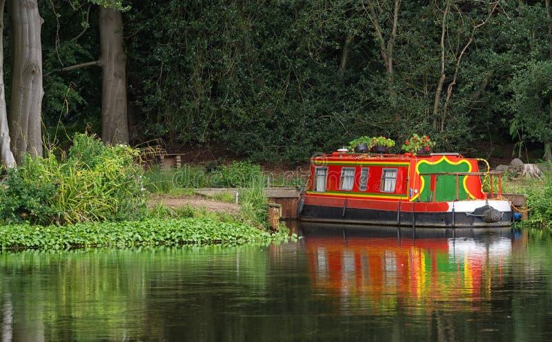 Helder gekleurd die kanaalschip, op Rivier Wey, Surrey wordt vastgelegd stock afbeelding