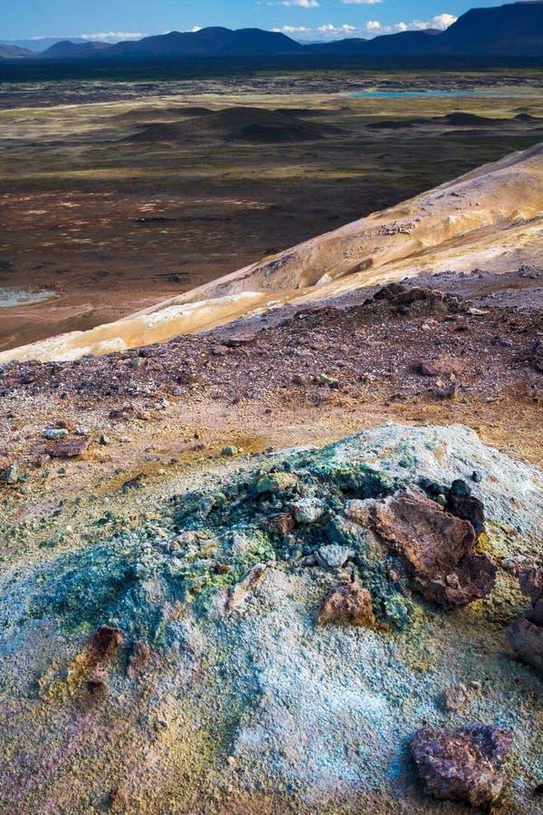 Helder gekleurd vulkanisch woestijnlandschap stock foto