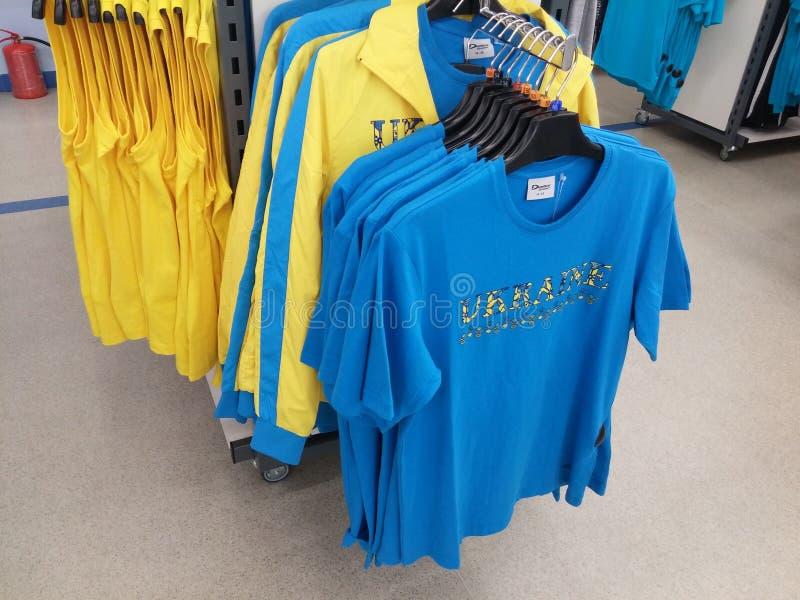 Helder gekleurde die T-shirts in een opslag worden gevouwen royalty-vrije stock fotografie