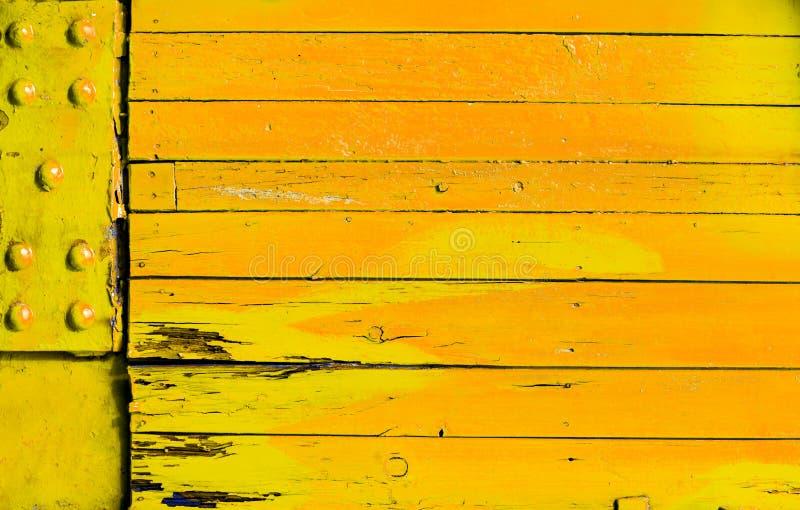 Helder gekleurde geeloranje houten achtergrond royalty-vrije stock foto