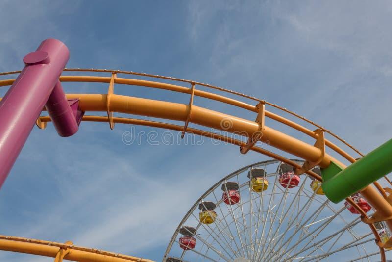 Helder gekleurde pretparkritten op een zonnige dag stock afbeeldingen