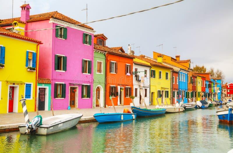 Helder geschilderde huizen bij het Burano-kanaal royalty-vrije stock fotografie