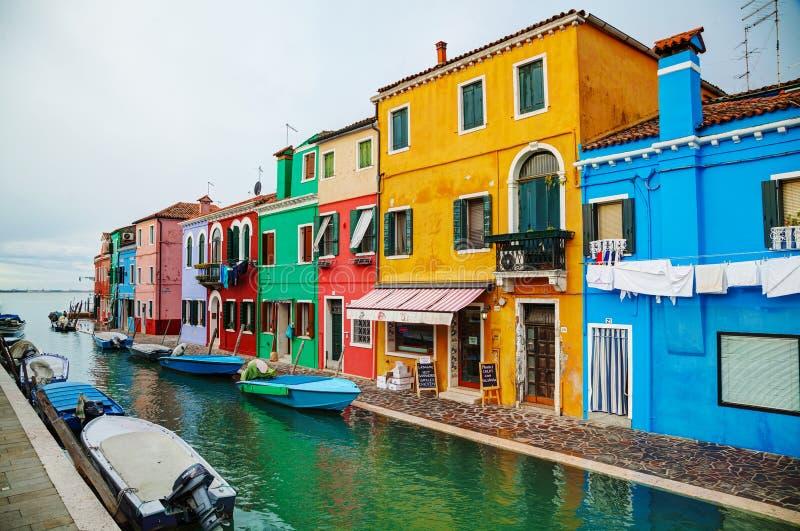Helder geschilderde huizen bij het Burano-kanaal royalty-vrije stock afbeeldingen