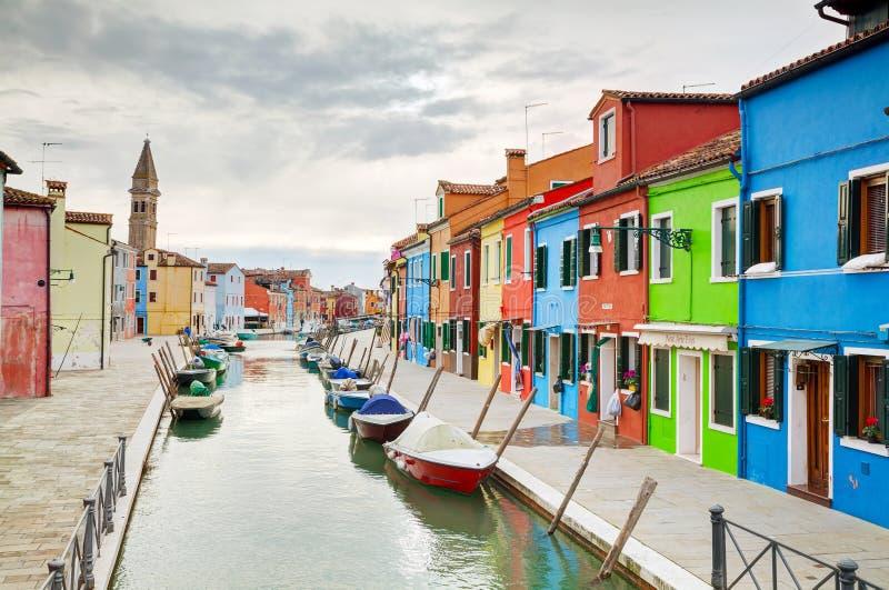 Helder geschilderde huizen bij het Burano-kanaal stock foto's