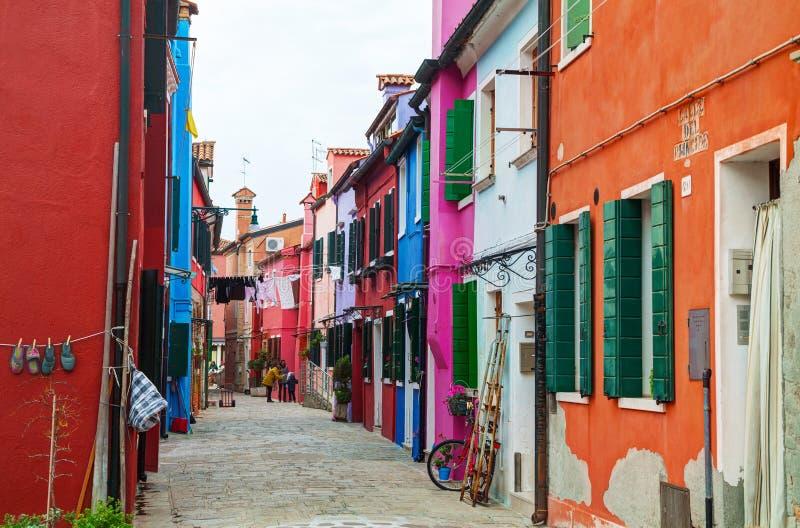 Helder geschilderde huizen bij het Burano-kanaal royalty-vrije stock foto