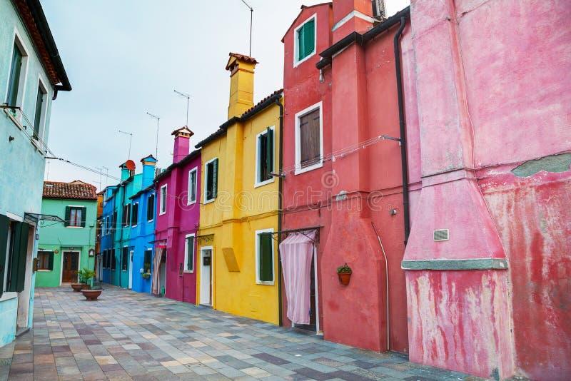Helder geschilderde huizen bij het Burano-kanaal stock foto