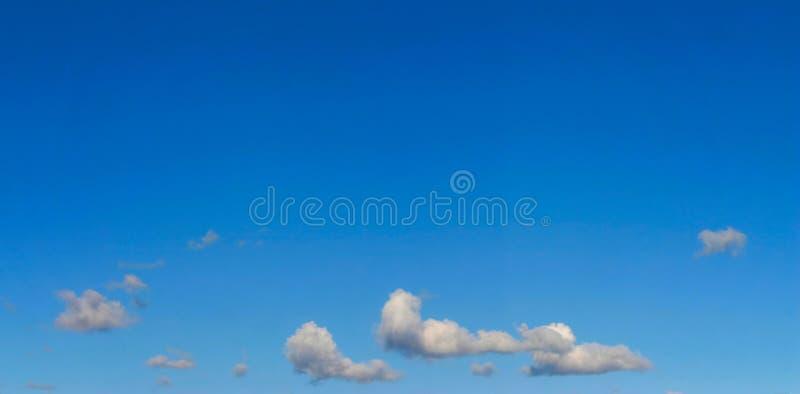 Helder hemelpanorama met een paar wolken royalty-vrije stock foto