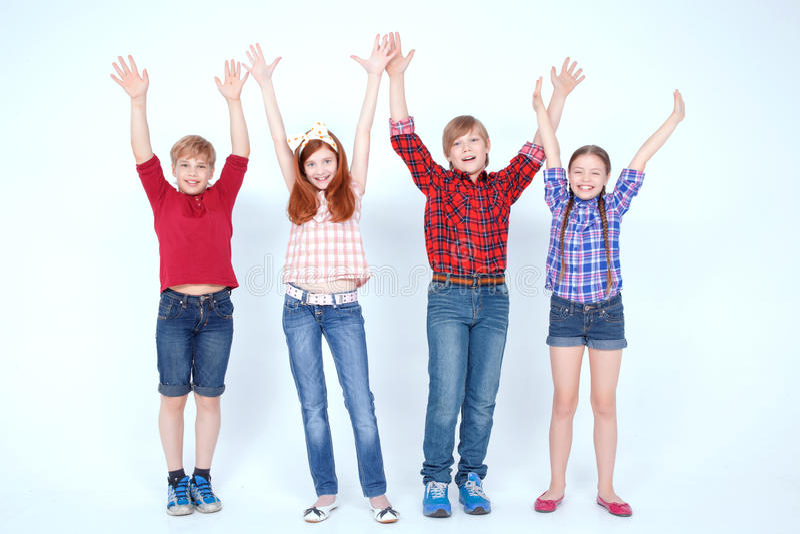 Helder het geklede kinderen glimlachen royalty-vrije stock fotografie