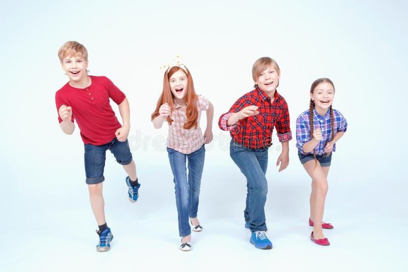 Helder het geklede kinderen glimlachen royalty-vrije stock foto's