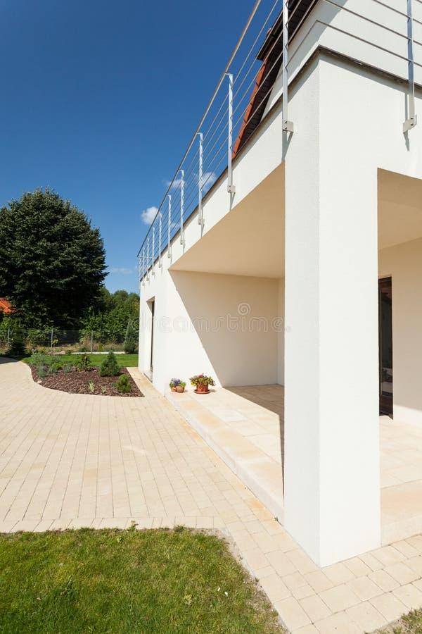 Helder huis met terras stock foto's