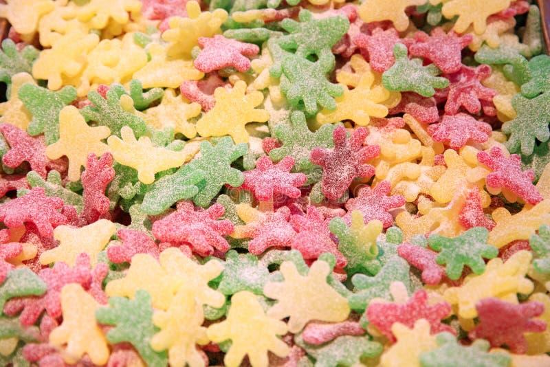 Helder kleurrijk taai kleverig suikergoed in suikergoedwinkel stock foto's